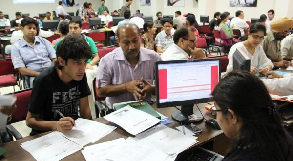 Students-their-parents-are-seen-seeking-help-from-admission-counsellors-at-LPU-e1498272560781-600x330