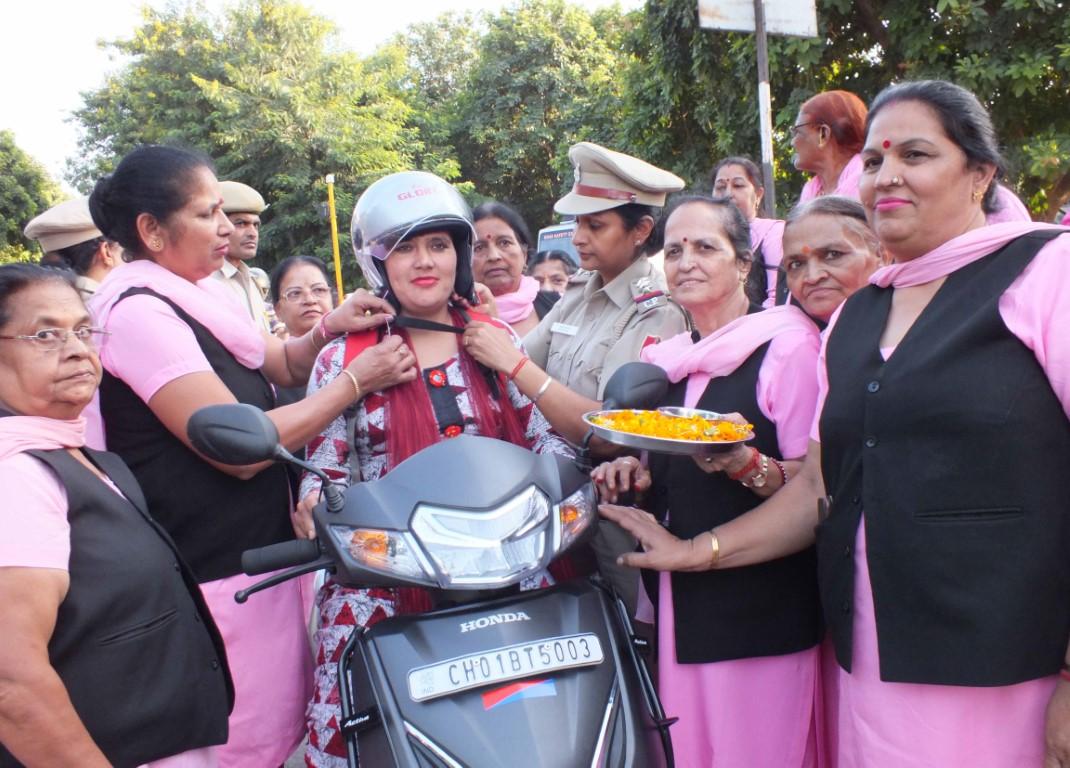 encourage women to helmets