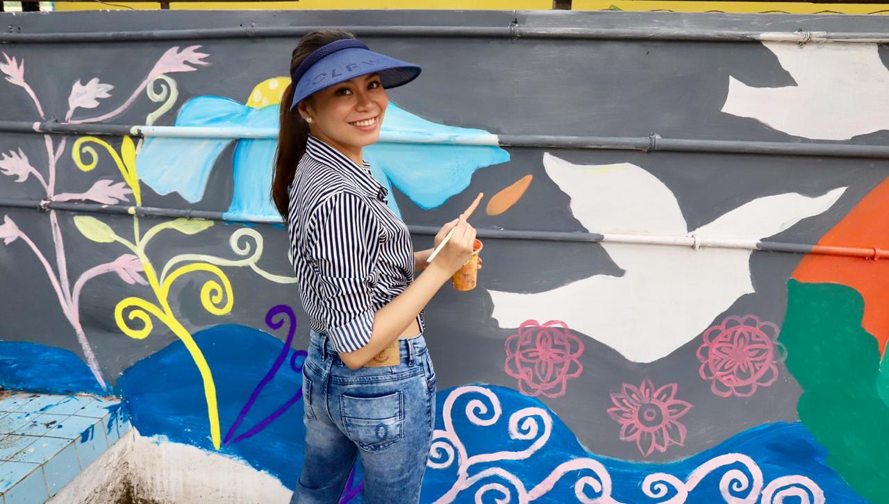 Renowned Filipino Artist paints 100 feet long wall