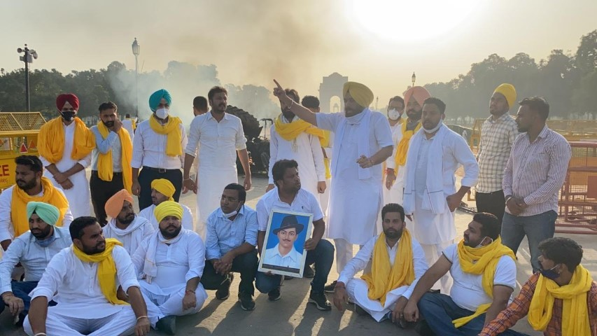 Punjab Youth Cong workers set tractor ablaze near India Gate