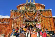 Yogi offers prayers at Badrinath Dham