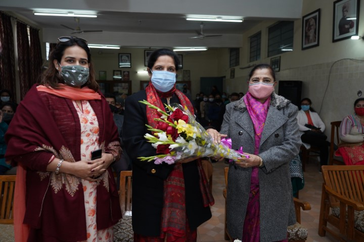 "Dev Samaj Sr. Sec. School celebrates ""Maat Pita Santaan Diwas"""