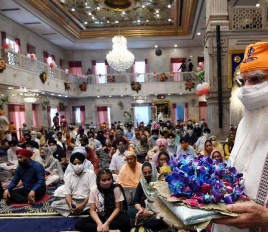 PM offers prayers to Guru Teg Bahadur at Sis Ganj Sahib
