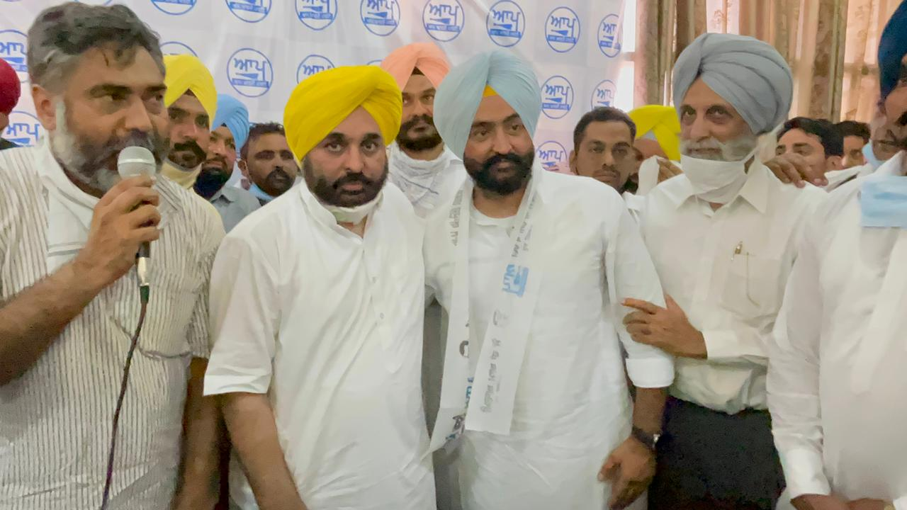 Davinderjeet Singh Laddi Dhos joins AAP along with hundreds of associates