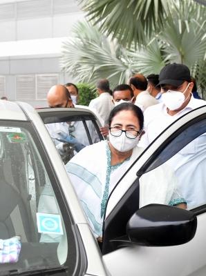 Mamata meets Modi, demands more vaccines & medicines